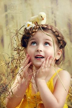 Cute Little Girl with a Baby Chick on her head - Totally Adorable! Precious Children, Beautiful Children, Little People, Little Girls, Cute Kids, Cute Babies, Expressions Photography, Jolie Photo, Children Photography