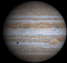 木星の名前の由来。英語のジュピター (Jupiter) は、ギリシア神話のゼウスと同一とみなされるローマ神話の神ユーピテル (ラテン語: Iuppiter, Iūpiter、またはJove) を語源とする。     Jupiter was known to astronomers of ancient times. The Romans named it after their god Jupiter.