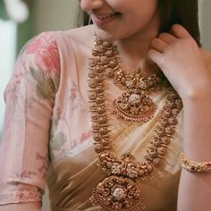 The Grand Jewellery Designs You Shouldn't Miss Looking for bold antique jewellery designs? Then check out this brand. Gold Temple Jewellery, Saree Jewellery, India Jewelry, Gold Jewelry, Indian Bridal Fashion, Indian Wedding Jewelry, Bridal Jewelry, Latest Necklace Design, Jewelry Design Earrings