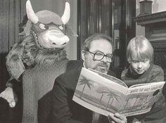 Maurice Sendak leyendo con uno de sus monstruos