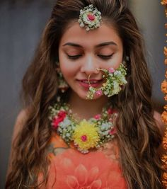 It started with just a maangtikka, but today bridesgo all outto flaunt their floral jewellery pieces at their mehendi or haldi ceremony! And honestly, we're loving this experiment. Flower Jewellery For Mehndi, Flower Jewelry, Fancy Jewellery, Hair Jewelry, Clay Jewelry, Jewelry Art, Bridal Shoes, Wedding Jewelry, Wedding Chura