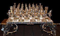 Ogni gioco di scacchi viene completato con una base o con un tavolo il cui piano è composto da un pregiato intarsio di onice e marmo levigato a piombo,rifinito con bordure sbalzate con motivi ornamentali o battaglie.Battaglia di Waterloo, creata e realizzata in bronzo,ricoperto con oro e argento da Giovanni Inclimona Vasari
