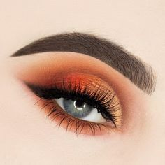 Fiery eyes and a smoked out liner are always a good idea.  @beautybypaisley is heating things up with the 35O2 Palette. #MorpheBabe