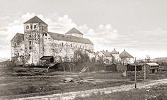 Turun linna ja ympärille suunniteltua ulkomuseota Gustav Arvidsson TMK.  kuva on 1900-luvun alusta, ajalta jolloin sen ympärille puuhattiin Tukholman Skansenin tyyliin ulkoilmamuseota.  Näkyvillä olivat Suomusjärven tupa, Vänrikki Stoolin aitta ja Perniön luhti. Nykyisin suuri osa rakennuksista on tuhoutunut tai siirretty muualle.