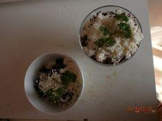 Recept na zdravý salát z červené řepy, který ozdobíme nastrouhaným balkánským sýrem. Party, Grains, Rice, Food, Essen, Parties, Meals, Seeds, Yemek