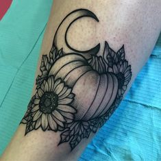 black and grey pumpkin tattoo with moon and sunflowers on arm. Hand Tattoos For Women, Sleeve Tattoos For Women, Female Hand Tattoos, Piercing Tattoo, Piercings, Tattoo Design Drawings, Tattoo Designs, Herbst Tattoo, Pumpkin Tattoo
