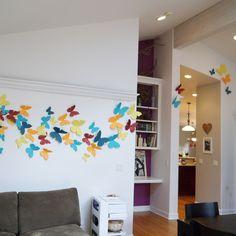 Kit com 50 borboletas coloridas de papel, em 3 tamanhos, para sua casa ficar alegre e charmosa. Ouse nas cores, escolha as que mais combinar com seu ambiente.  - Borboleta maior com 16 cm - média com 10 cm - e menor com 7 cm  - Papel importado 180 gramas  - Com adesivo dupla face para colar  Esco...