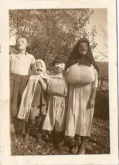 Creepy pics to put around the house on Halloween. Retro Halloween, Halloween Fotos, Old Halloween Costumes, Vintage Halloween Photos, Creepy Costumes, Halloween Pictures, Creepy Halloween, Fall Halloween, Happy Halloween
