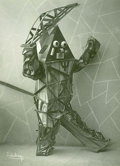 Front View. Lavinia Schulz et Walter Holdt, Die Maskentänzer Entre 1920 et 1924, Lavinia Schulz et Walter Holdt créèrent une série de masques et de costumes qu'ils revêtaient pour des représentations théâtrales...