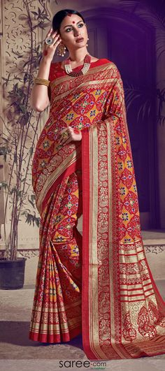Buy indian designer sarees online for all occasions. Grab this flamboyant cotton silk designer traditional saree Indian Designer Sarees, Designer Sarees Online, Indian Sarees, Pakistani, Art Silk Sarees, Georgette Sarees, Celebrity Gowns, Trendy Sarees, Designer Sarees