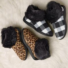 Laid-back luxury! The Novelty Printed Cozy Clog Slipper comes in on-trend patterns plus fine detailing with plus faux-fur trim to elevate these to an essential fashion accessories.FEATURES•Black outsole for both•Black faux fur trim collar at foot opening for both•Black & White has a black and white checkered upper•Leopard has a leopard print upper•Half sizes, order one size up•Runs true-to-size•Skid-resistant so...