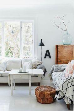 Una casa para empaparnos de IDEAS sin parar ¿tienes un damajuana y no sabes donde ponerlo? ¿te gustan los muebles reciclados?¿ quieres mezlcar blanco con madera ? pues ya ya ya al post porque todo eso y mucho mas te espera en el post de hoy http://www.bohodecochic.com/2016/06/ideas-muchas-ideas-en-esta-casa-de.html FELIZ FIN DE SEMANA!!!