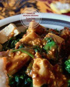 Rujak Petis ist ein pikantes Salatdressing aus Erdnuss. Einschließlich Garnelencreme, Kokosnusszucker und einigen Gewürzen. Es hat alle Geschmacksrichtungen, die es gibt; Umami, süß, scharf, sauer, salzig, süß. Frisch und wild wie die Tiefen des Dschungels von Ost-Java. Tempeh, Surabaya, Vietnam, Thailand, China, Chicken, Meat, Shrimp Paste, Rice Cakes
