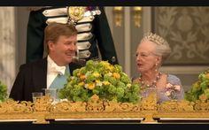 De koningsparen komen aan in de grote zaal van Christiansborg