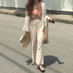 Young women fashion trends and style in 2018 and 2019 Korean Girl Fashion, Korean Fashion Trends, Korean Street Fashion, Ulzzang Fashion, Korea Fashion, Asian Fashion, Korean Casual Outfits, Cute Casual Outfits, Simple Outfits