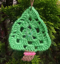 http://blog.acrochet.com/tutorial/arbolito-triangular-para-arbol-video-tutorial.html