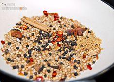 Hay tantas fórmulas o recetas para hacer Garam masala, como manos y cocineros que la elaboran. Ya sabéis que hablamos de una mezcla de especias de la cocina india, el Garam masala (que se traduce como mezcla caliente) es una de las más populares, además de muy versátil a la hora de incorporarla en distintos platos, legumbres, arroces, verduras, carnes, pescados…Podemos comprar la mezcla de Garam masala preparada, generalmente molida (con las pérdidas de aroma y sabor que ello supone). Si normalm Garam Masala, Masala Spice, Spice Blends, Spice Mixes, Marinade Sauce, Diy Food, Delish, Chicken Recipes, Spicy