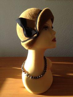 Wunderschöner kleiner Filzhut auf original Hutform aus den 20er Jahren gearbeitet. Diese Form wird  Cloche genannt. Es umrahmt das Gesicht und macht es weich und weiblich. Kleines feines...