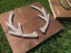 Geweihe sind etwa ein 10 x 10 auf Altholz zu unterzeichnen. Im Beispiel vorgestellten erfolgt mit Naturfarben Zeichenfolge.  Bitte geben Sie in die Noten welche Farbe-Zeichenfolge, die Sie möchten.  Sobald Ihre Bestellung verschickt, senden wir Ihnen eine e-Mail informiert Sie, dass Ihr Paket auf dem Weg zusammen mit einem Trackinglink.  Bitte denken Sie daran, dass die Natur von Altholz bedeutet, dass keine zwei Stücke Holz identisch sind. Wir streben jedes Zeichen als in der Nähe des…