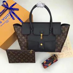 Louis Vuitton Lv woman tote bag with small pouch