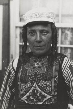 Vrouw van middelbare leeftijd in streekdracht uit Marken, september 1943. #NoordHolland #Marken