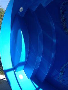 Schody v oválném bazénu