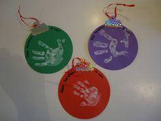 Kerstballen. Neem ronde vouwblaadjes. Laat kinderen 1 hand beschilderen met plakkaat verf. Hand draaien, vingers laten spreiden en dan op het vouwblaadje laten drukken (hand stil houden!). Maak van zilverkleurig karton het ophangstukje van de kerstbal.Maak hier een gaatje in voor een lintje. Christmas Bulbs, December, Holiday Decor, Paper Board, Christmas Light Bulbs
