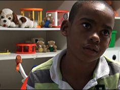 Criança de 10 anos procura família há um ano após sair de casa e se perder.
