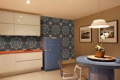 Cozinha azul com ladrilhos estampados