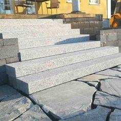 Graniittiportaat kotimaisesta graniitista sekä liuskekivestä oleskelualue portaiden eteen. Kivityöt & kivet KiviHerttua, Espoo.