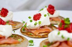 Placki z mąki gryczanej z łososiem, śmietaną i kawiorem (bez drożdży)