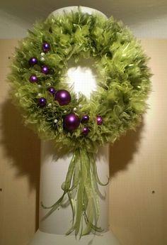 Luxusní vánoční věnec - zeleno-fialkový netradiční kombinace barev, hodí se do moderních interiérů, průměr věnce 33cm, materiál -organza v zelených odstínech, dozdobeno vánočními ozdobami, ve spodní části mašle různých struktur, na polystyrenovém korpuse, na zadní části poutko na zavěšení, ozdoby lze po dohodě vypustit, nebo přidat jiné