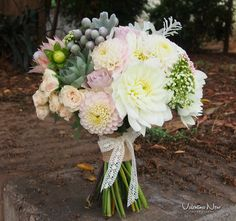 Ramo de novia con flores frescas en tonalidades claras.  Con flores como la dalia, bruinia, rosa..