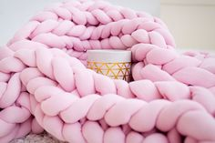 Chunky Cotton Tube yarn blanket - washable, children and pets friendly Diy Craft Projects, Craft Tutorials, Crafts To Make And Sell, Diy And Crafts, Diy Knitting Kit, Hand Knitting, Diy Christmas Gifts For Kids, Diy Shadow Box, Mother's Day Diy