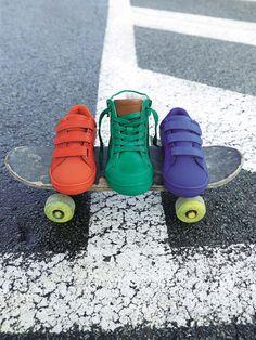 Des baskets faciles à vivre au coloris pep's, et si faciles à mettre avec ses trois bandes auto-agrippantes !  Collection Automne-Hiver 2016 - www.vertbaudet.fr