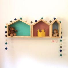 Guirlanda de Bolinhas de Feltro Combinação Azul e Verde para decoração de quartos e festas infantis. Junto a ela, nossos 3 nichos de madeira maciça, em diferentes tamanhos e cores.