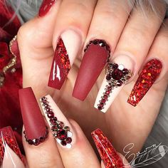 Everyone has her preferences of the nail shape, but practicality is also to consider sometimes. These are the major nail shapes: square, round, oval, almond, squoval, ballerina, and stiletto. Discover some fresh nail designs for different nail shapes here. #naildesigns