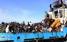 Un bateau des garde-côtes libyens, chargé de migrants interpellés en mer, arrive au port de Misrata, le 3 mai 2015