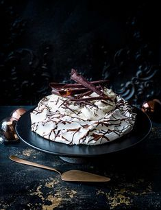 Baileys pavlova recipe Check out this showstopping Baileys pavlova recipe. You can make the pavlova base the day before, then fill just before serving, a perfect alternative to your Christmas pudding. Store in a large airtight box or wrap the pav, on its tray, in clingfilm or foil to keep the air out.