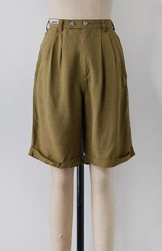 These classic and sporty shorts have pleats from the waist to create a feminine flattering fit. Vintage Inspired Outfits, Vintage Outfits, Fashion Outfits, Womens Fashion, Fashion Trends, Linen Shorts, Vintage Shorts, Dress Codes, High Waisted Shorts