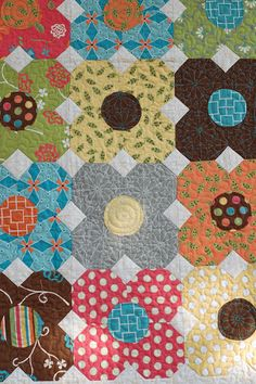 snowball quilt with round center -- nice way to make flowers and use scraps