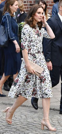 She showed her support for Polish fashion, choosing a clutch from the brand Etui to go with her floral outfit