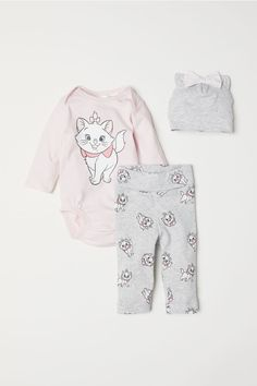 Newborn baby pajamas to retain your children relaxed while they remainder, come across kid and toddler pajamas available in elegant shades of color. Disney Baby Clothes, Cute Baby Clothes, Disney Outfits, Girl Outfits, Toddler Pajamas, Girls Pajamas, Disney Babys, Baby Disney, Cute Kids