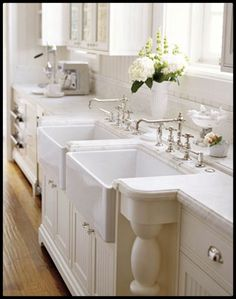 Double sinks! I would absolutely lovee this in my home.