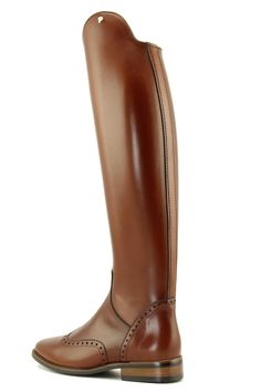 Petrie Significant in cognac. Luxurious calfleather boot with brogue decoration at the foot and zipper on the front inside. A black sole is standard, a contrast sole is optional. The Significant is also available without brogue decoration.