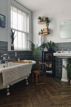 Modern Victorian Decor, Victorian Style Bathroom, Victorian House Interiors, Victorian Living Room, Victorian Fashion, Victorian Terrace Interior, Victorian Era, Georgian Interiors, Living Room Vintage