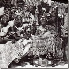 Asantehene Osei Agyeman Prempeh II (ruled 1931-1970) wearing an asasia cloth (1960s ?). Photo Ghana Information Service, scanned from Ross 1998.