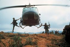 1968 US soldiers jump from a helicopter during Operation Pegasus, a failed attempt to lift the siege of Khe Sanh American War, American Soldiers, American Story, Laos, Vietnam War Photos, Vietnam History, North Vietnam, Vietnam Veterans, Military History