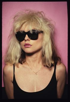 Debbie Harry con las gafas Breakfast at Tiffany's por Oliver Goldsmith.