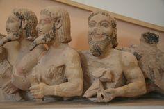 Driekoppige demon ~ Van de Tifoongevel van de Oude Tempel van Athene op de Acropolis in Athene ~ Kalksteen ~ Lengte 340 cm. ~ Acropolismuseum, Athene